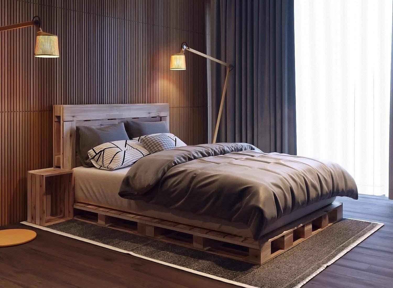 Bàn đầu giường kiểu thùng và khung giường bằng ván pallet tạo thêm yếu tố mộc mạc cho phòng ngủ hiện đại này, được trang trí với tông màu xám đậm