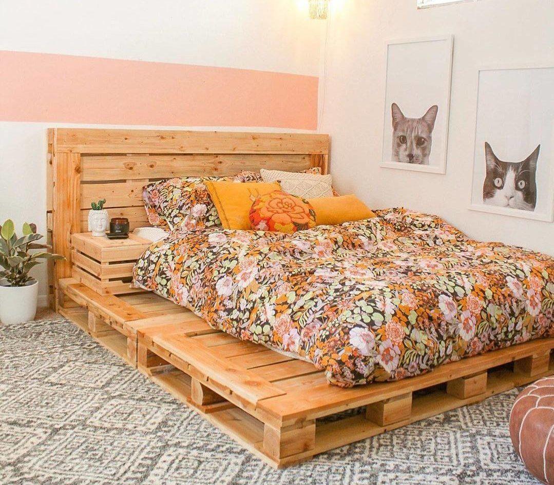 Phòng ngủ siêu sang trọng này có khăn trải giường hoa và những chiếc gối sáng màu giúp làm mềm mại diện mạo của chiếc giường pallet lớn