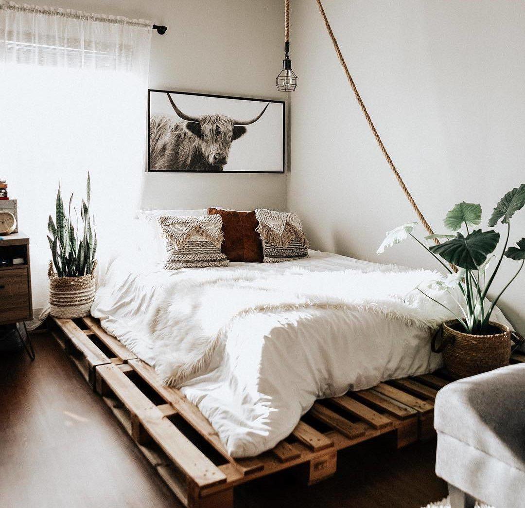 Căn phòng có chủ đề tự nhiên, điểm nhấn bằng dây thừng và gối viền có tông màu đất giúp hoàn thành chủ đề mộc mạc trong căn phòng này