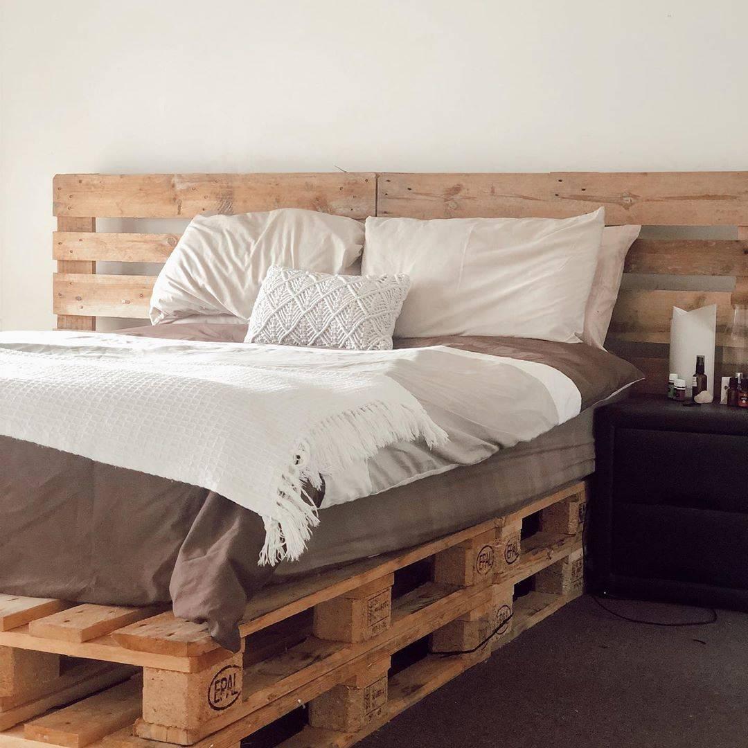 Tông màu đất cát và lối trang trí tối giản tôn lên chất liệu gỗ tự nhiên của giường pallet đôi
