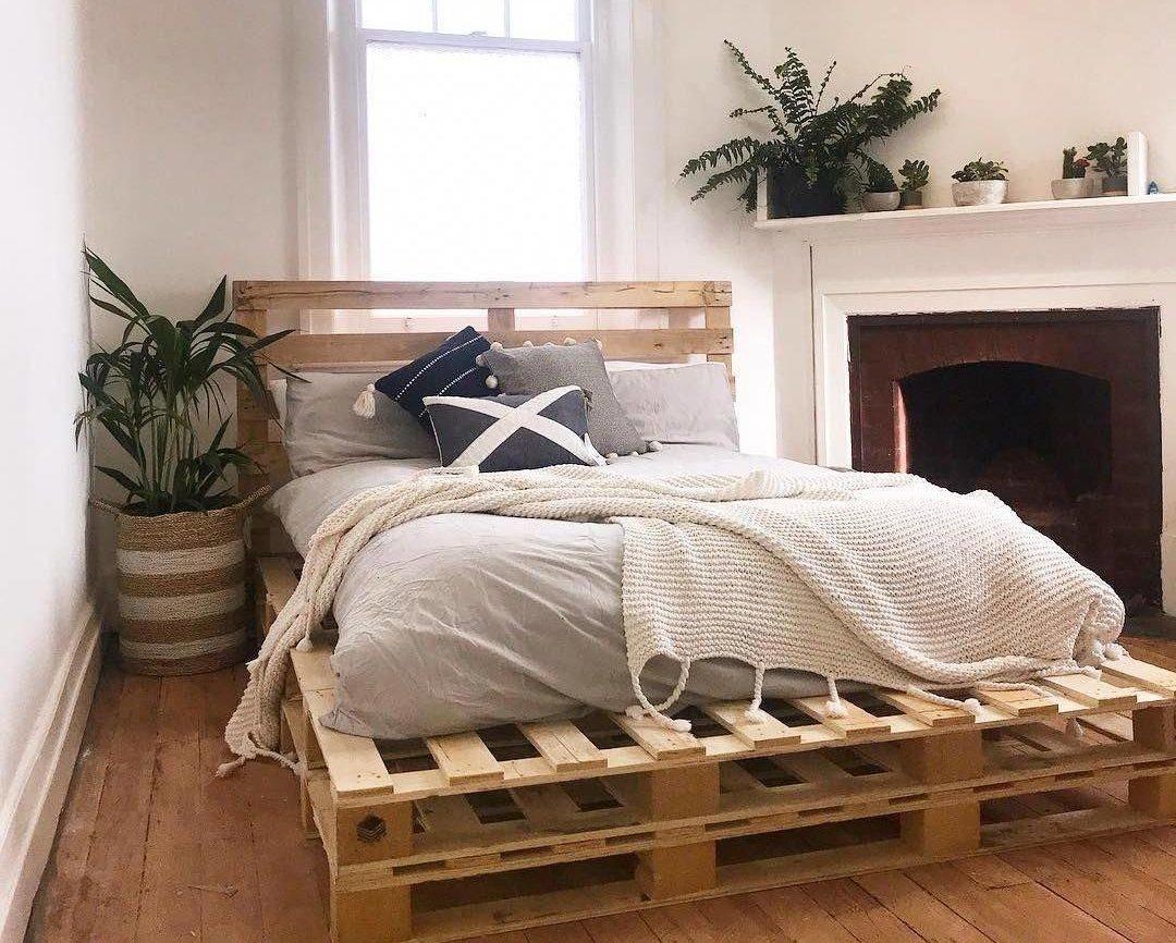 Không gian phòng ngủ tối giản với giường pallet đôi xếp chồng lên nhau bằng gỗ tự nhiên
