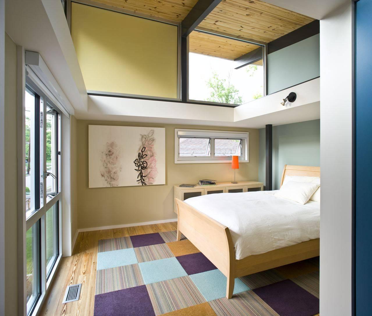 Phòng ngủ này là một ví dụ tuyệt vời về cách bạn có thể thực hiện một cách tiếp cận trung tính hơn để thêm màu sắc cho ngôi nhà của mình. Bằng cách sử dụng các màu phấn nhạt hơn trên các bức tường khác nhau và kết hợp các màu với nhau bằng một tấm thảm kẻ caro, căn phòng hoàn thành một tông màu trung tính nhưng đáng chú ý.