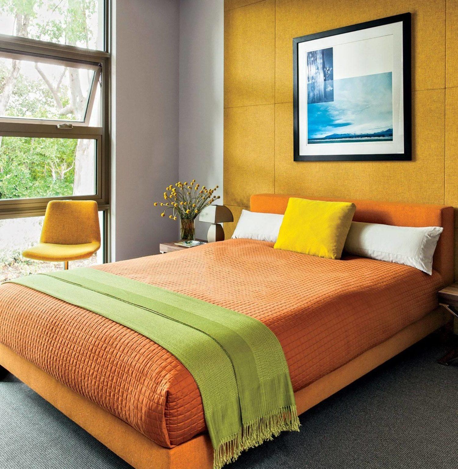 Bức tường nổi bật với tông màu mù tạt bằng vải được tô điểm bởi bộ khăn trải giường bằng vải thô, ghế màu vàng và khung giường đầy màu sắc trong phòng ngủ màu sắc rực rỡ này. Thiết kế của căn phòng được tối giản hóa thành công khi sử dụng tông màu vàng và sáng để mang lại sức sống cho khu vực.