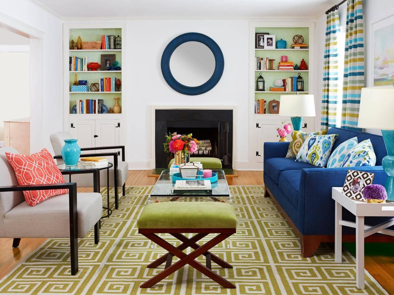 Phòng khách này có ghế sofa màu xanh lam là món đồ nội thất trung tâm. Sau đó, những người trang trí sẽ xây dựng một bảng màu miễn phí gồm các màu xanh lam và xanh lá cây khác nhau xung quanh ghế sofa và mang bảng màu đi khắp phòng (trong tấm thảm khu vực, tấm lót kệ sách và rèm cửa).