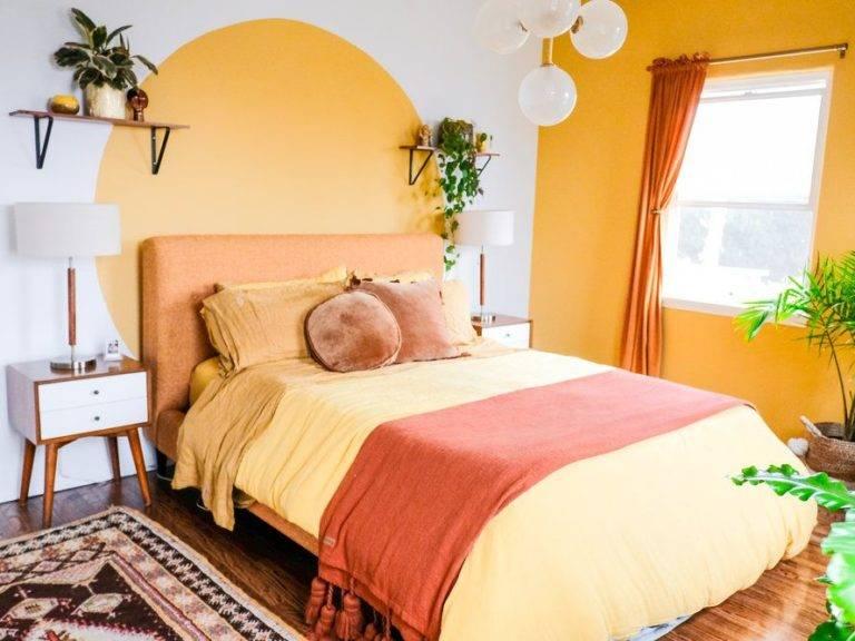 Phòng ngủ đầy nắng này có hai bức tường điểm nhấn màu vàng tươi mang lại sự sinh động cho phòng ngủ. Được trang trí bằng màu gỉ sét và tấm thảm có hoa văn, căn phòng tông màu vàng này vừa tạo cảm giác nhẹ nhàng vừa tươi sáng.