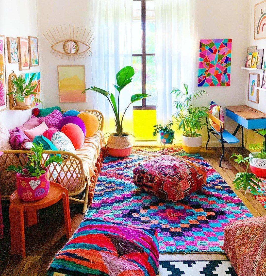 Căn phòng này hoàn toàn dựa vào lối trang trí đầy màu sắc như tấm thảm kẻ ca rô, khăn trải sàn nhiều màu, gối ném và nghệ thuật treo tường để mang lại cho căn phòng sự sống động. Căn phòng này làm nổi bật cách trang trí đầy màu sắc có thể làm cho một ngôi nhà trông tràn đầy năng lượng và sống động ngay cả khi các bức tường trắng trơn.
