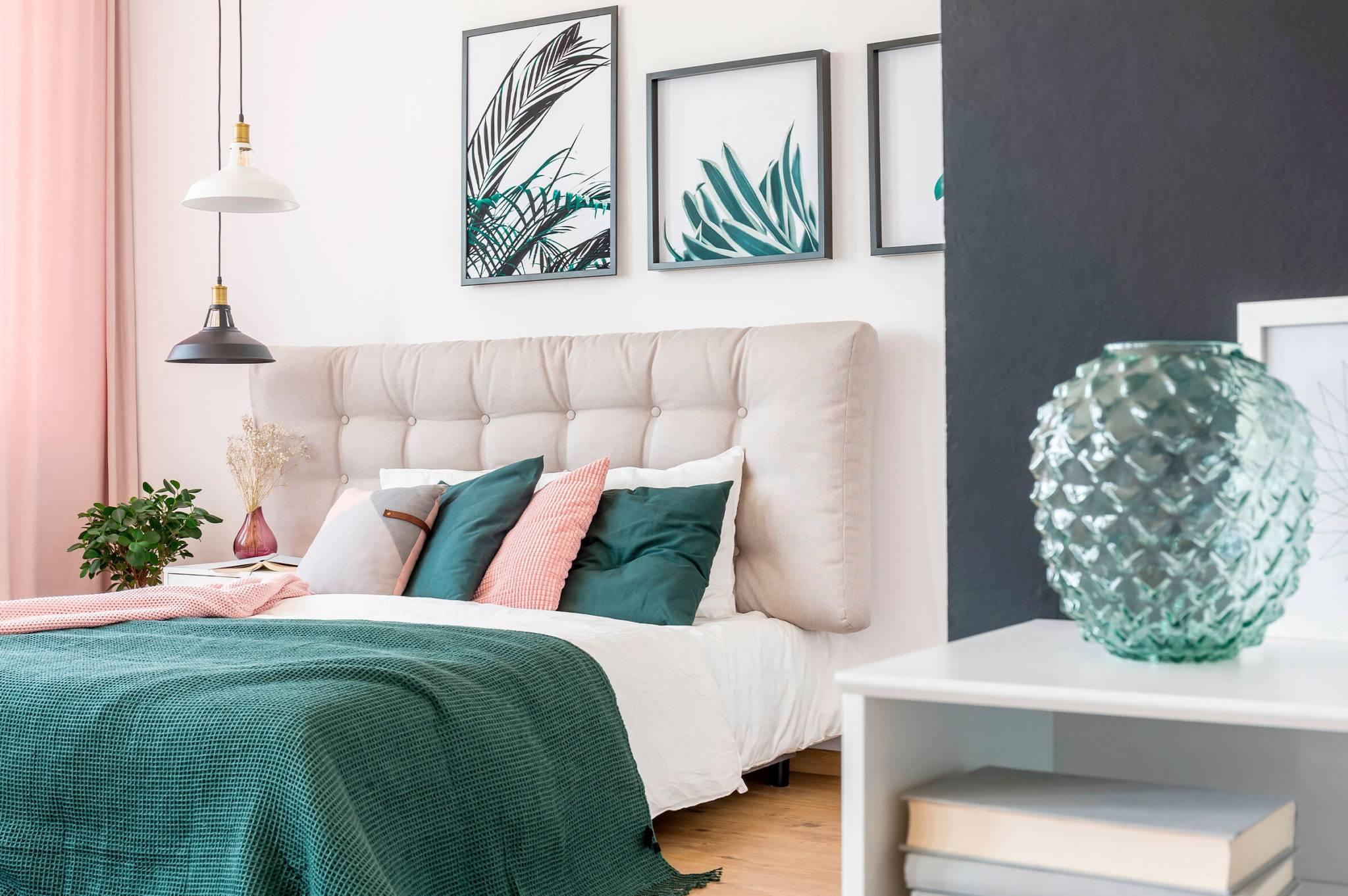 Phòng ngủ này là một ví dụ tuyệt vời về việc sử dụng các yếu tố trang trí đầy màu sắc tối thiểu để đạt được tác động lớn trong phòng của bạn. Những bức tranh nghệ thuật được đóng khung trên tường, rèm cửa tông màu đỏ và những chiếc chăn ấm áp đã gắn kết tông màu nhẹ nhàng với nhau trong phòng ngủ nữ tính này.