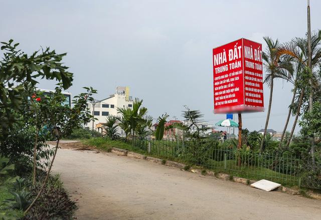Văn phòng giao dịch bất động sản mọc lên khắp nơi, kể cả trên tuyến đường đê tại huyện Đông Anh, Hà Nội. (Ảnh minh họa: TN)