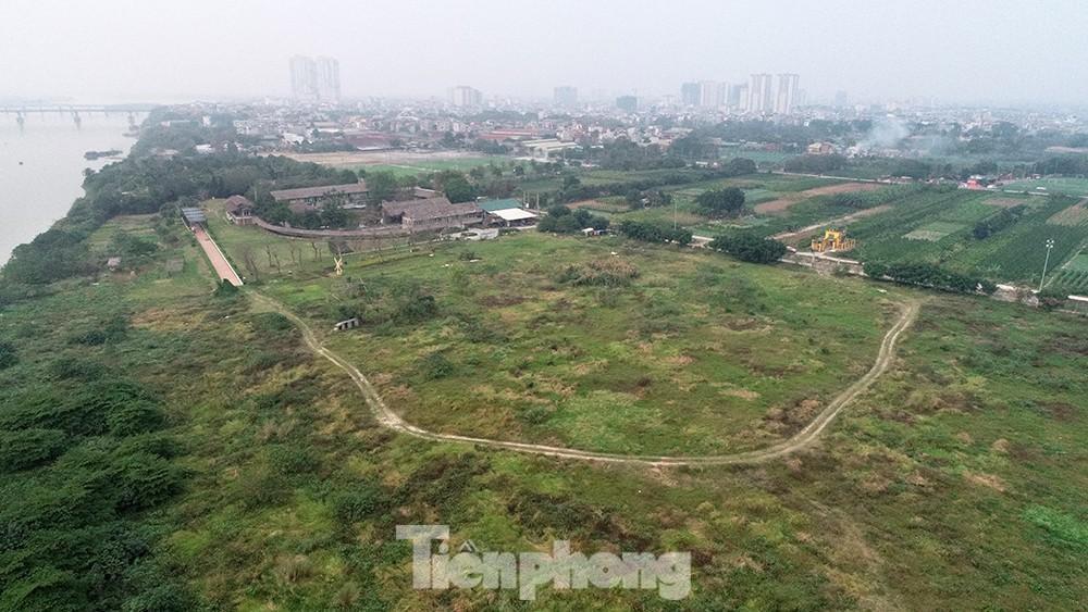 Nhiều khu đất ven sông Hồng bị lấn chiếm xong được quây tôn, thép b40, có thửa đất được xây dựng nhà tạm rồi dần biến thành nhà kiên cố