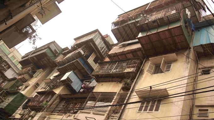 Hoạt động cơi nới của người dân đẩy nhanh quá trình xuống cấp tại chung cư 51 Huỳnh Thúc Kháng