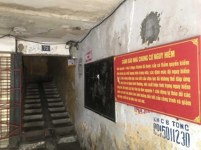 Cảnh báo của chính quyền tại đơn nguyên 1 nhà A Ngọc Khánh