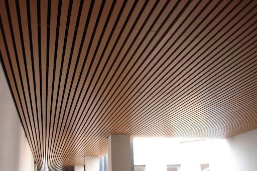 Trần nhà bằng lam gỗ giúp tăng tính thẩm mỹ cho ngôi nhà