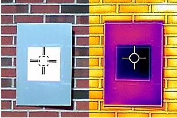 Một bức ảnh được chụp bởi máy ảnh hồng ngoại cho thấy sơn màu trắng (hình vuông sẫm màu) làm mát bảng xung quanh (hình chữ nhật) dưới nhiệt độ môi trường xung quanh