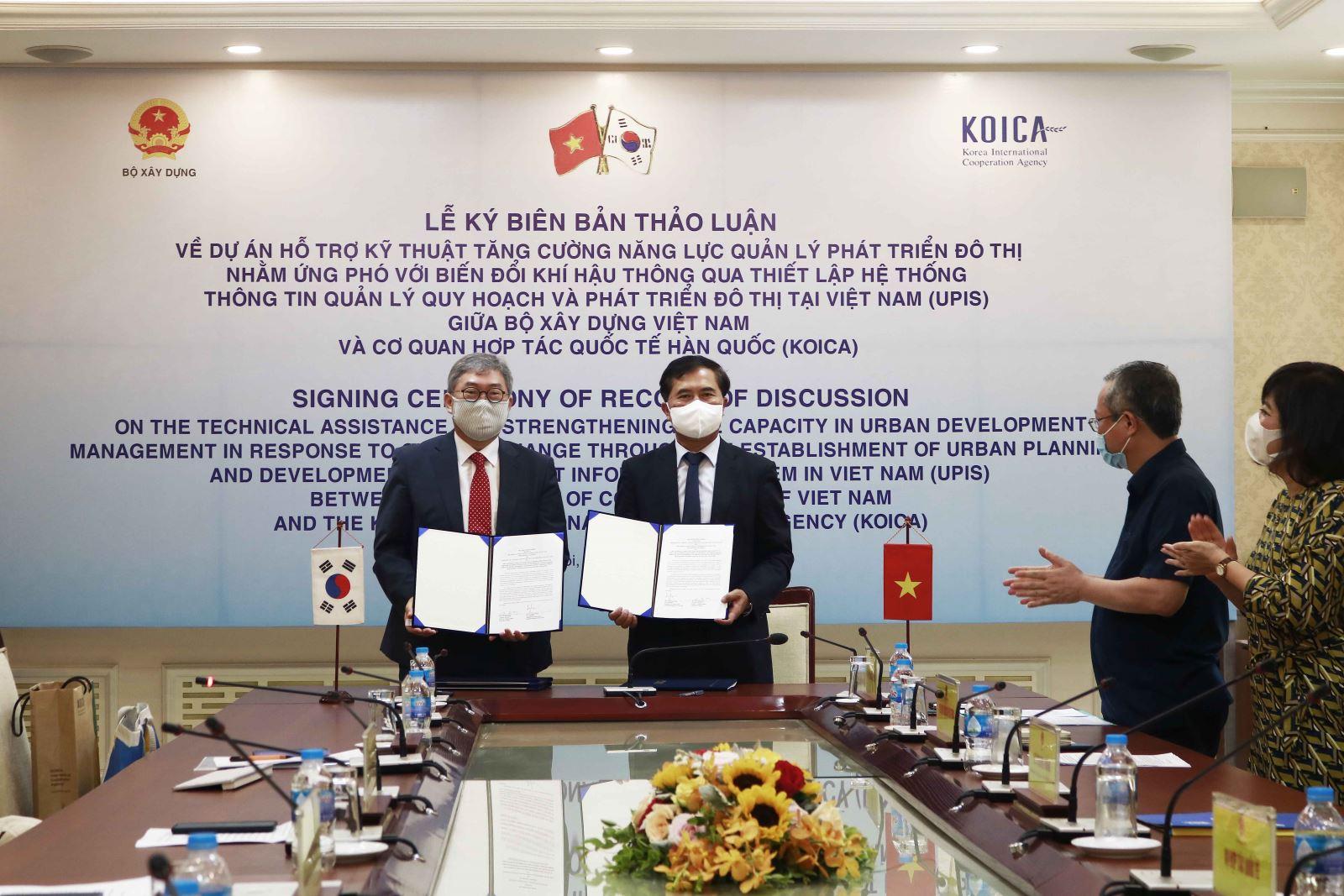 Thứ trưởng Bộ Xây dựng Lê Quang Hùng và Giám đốc quốc gia Văn phòng KOIKA tại Việt Nam Cho Han-Deog cùng ký kết Biên bản thảo luận
