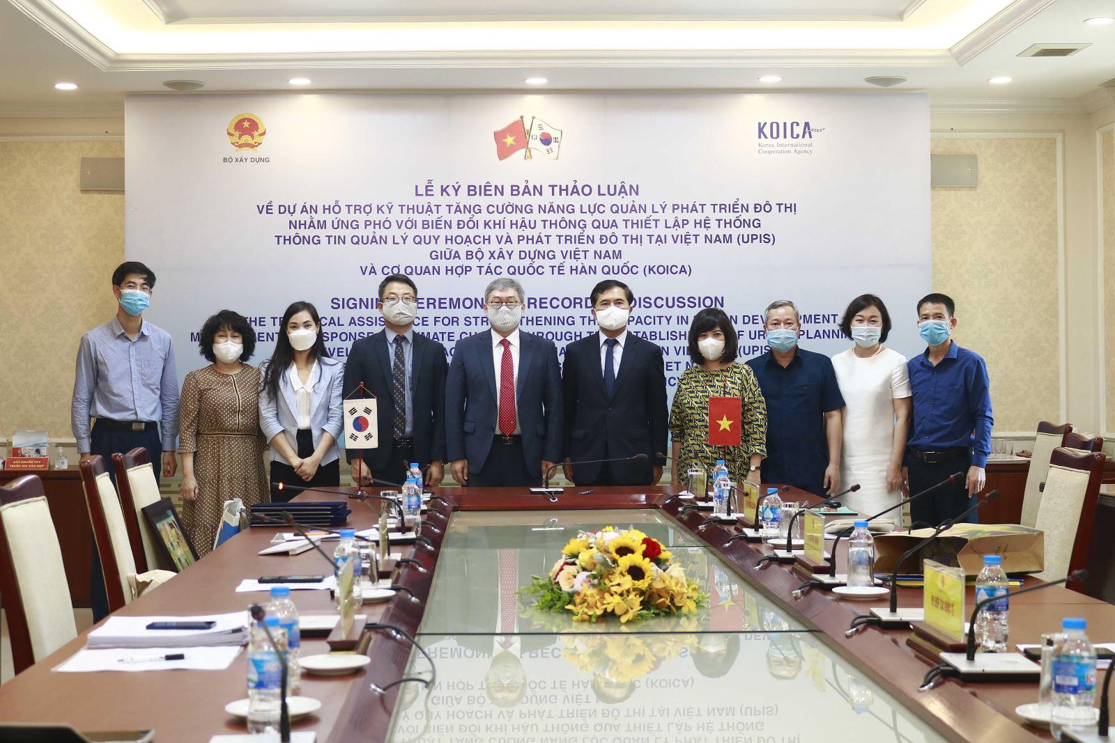 Thứ trưởng Lê Quang Hùng và Giám đốc Cho Han-Deog cùng cán bộ, chuyên gia 2 bên chụp ảnh lưu niệm tại lễ ký kết