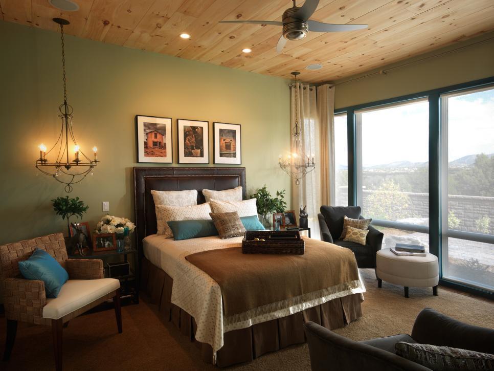 Đặt thêm đèn bàn hoặc đèn sàn để lấy ánh sáng từ các độ cao và góc độ khác nhau xung quanh nhà của bạn
