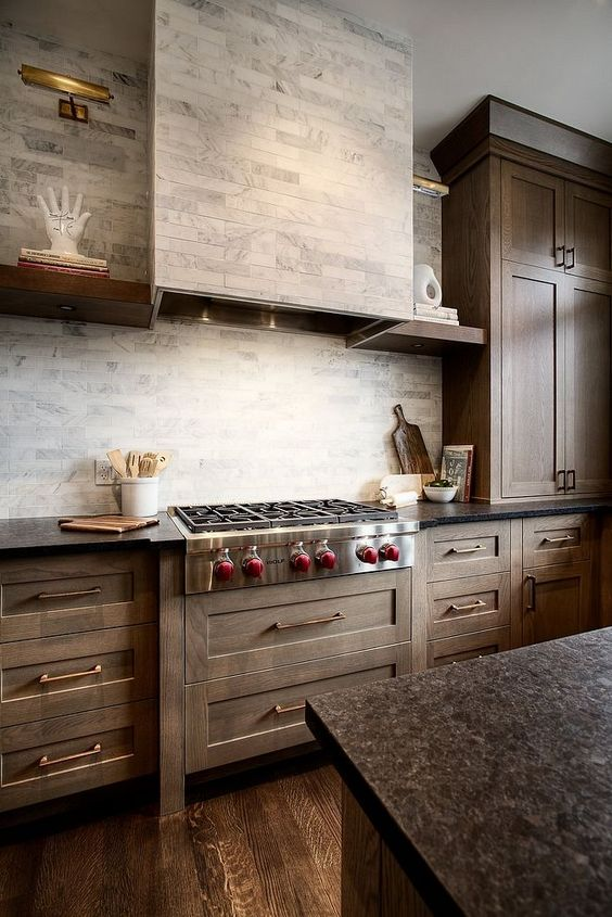 nhà bếp trong trang trại với tủ màu, nền lát đá cẩm thạch màu xám và tấm ốp hodo cùng loại gạch để có một cái nhìn liền mạch