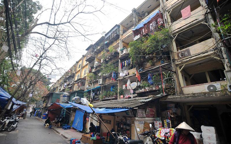 Khu chung cư cũ Giảng Võ (Ba Ðình, Hà Nội) đã xuống cấp từ nhiều năm nay. Ảnh: Minh Hà