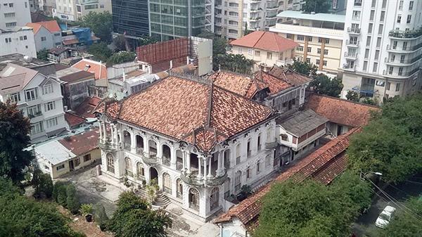 Công trình kiến trúc cổ bị lấn át bởi công trình xây dựng mới