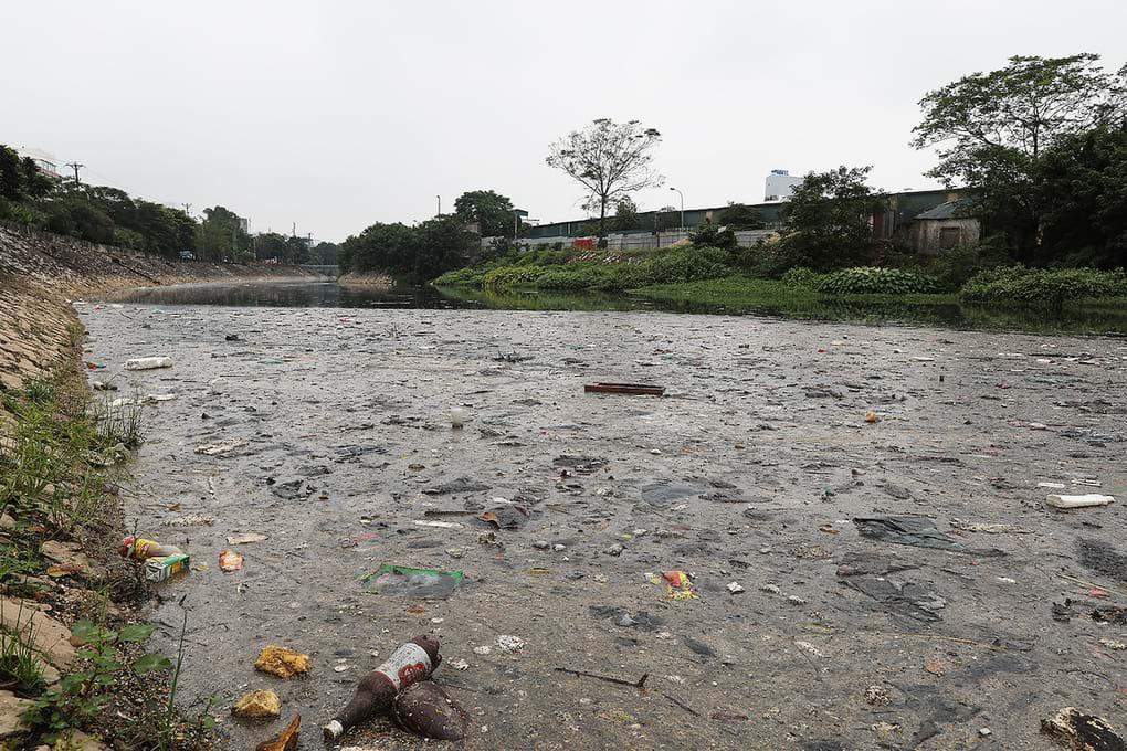 Ô nhiễm ở điểm cuối sông Tô Lịch giao với sông Nhuệ. Ảnh: Ngọc Thành/VNExpress