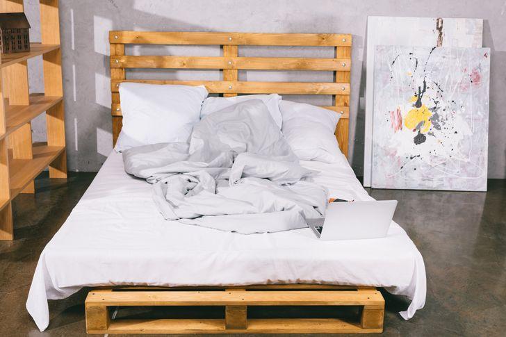 Giường pallet mang phong cách đặc biệt và thân thiện với môi trường, giá cả cũng khá hợp lý. Thế nhưng, gỗ pallet chưa qua xử lý sẽ khá xốp và là nơi lý tưởng để tích trữ bụi, vi khuẩn...