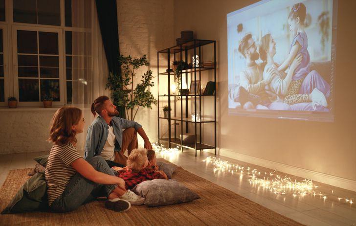Nhiều gia đình lựa chọn máy chiếu thay cho tivi bởi chúng mang lại cảm giác như bạn đang xem phim ngoài rạp. Tuy nhiên, máy chiếu cần một bức tường lớn, phẳng và sáng; đồng thời bạn cũng không thể xem vào ban ngày bởi quá nhiều ánh sáng...