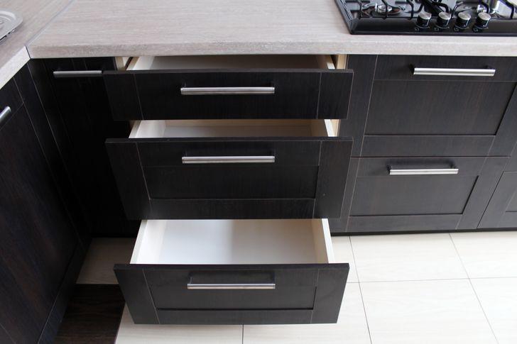 Nội thất nhà bếp hoàn toàn màu đen giúp không gian sang trọng hơn. Trên thực tế màu đen lại cần sự chăm sóc vệ sinh đặc biệt. Vì thế, bạn nên chọn một gam màu với tông sáng hoặc trung tính sẽ an toàn hơn.