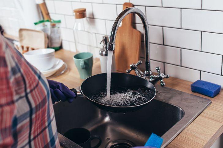 Các nhà thiết kế nội thất thường cố gắng sắp xếp đồ đạc trong phòng một cách tiện dụng nhất. Họ sử dụng chiếc bồn rửa bát nhỏ với vòi cao để tạo sự thoải mái khi rửa đồ dùng cỡ lớn. Song, vòi nước cao có thể khiến nước chảy và đọng lại trên bề mặt xung quanh.