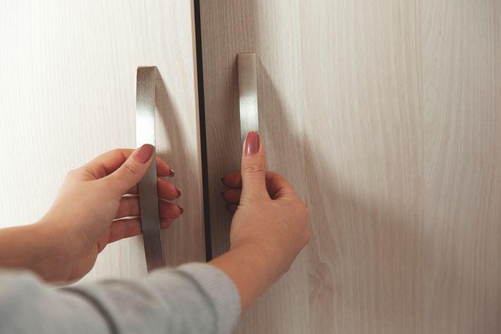 Các chi tiết nội thất nhà bếp như tay nắm lò vi sóng, tủ lạnh...được làm từ thép không gỉ có thể trông long lanh, sáng bóng qua ảnh. Tuy nhiên khi đi vào sử dụng hàng ngày, bụi bẩn có xu hướng tích tụ rất nhanh trên bề mặt kim loại. Nó rất dễ lưu vết bẩn, dầu mỡ từ tay người sử dụng. Bởi vậy, nên chọn các sản phẩm kim loại có màu sắc bóng mờ.