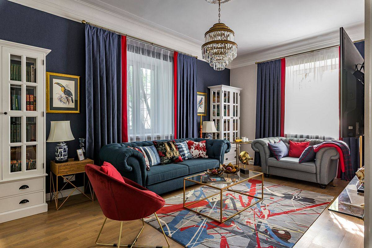 Những mảng màu xanh lam rực rỡ kết hợp với những điểm nhấn màu đỏ trong phòng khách đương đại