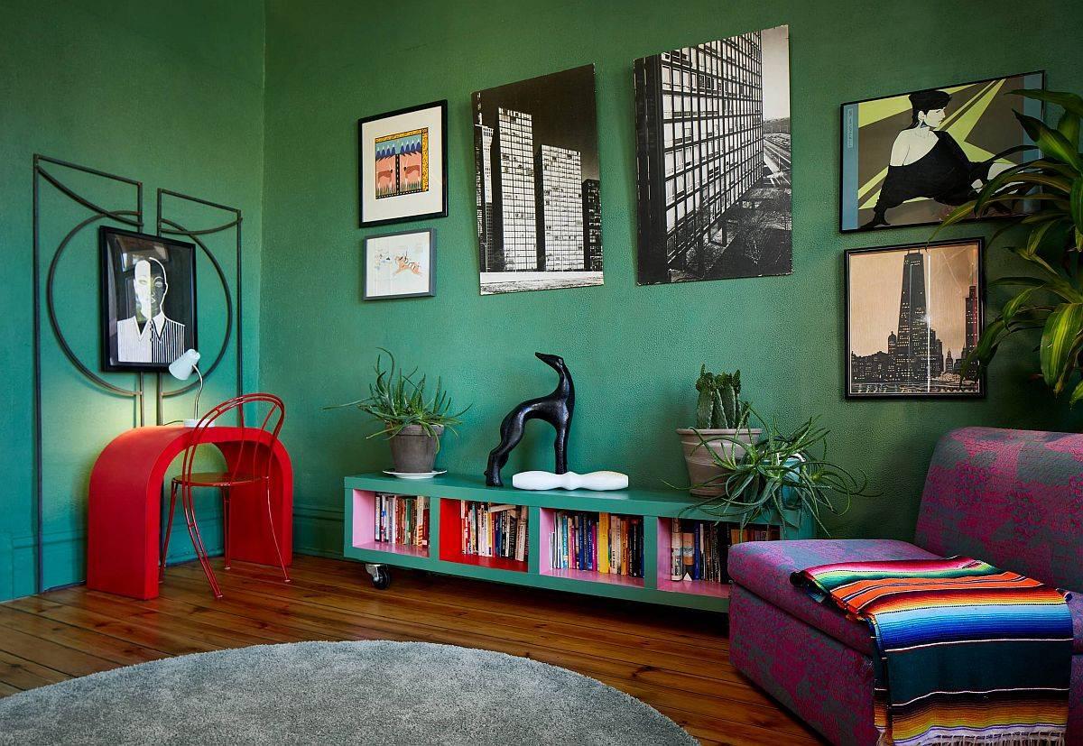 Phòng khách đầy màu sắc với những bức tường xanh đậm và lối trang trí chiết trung