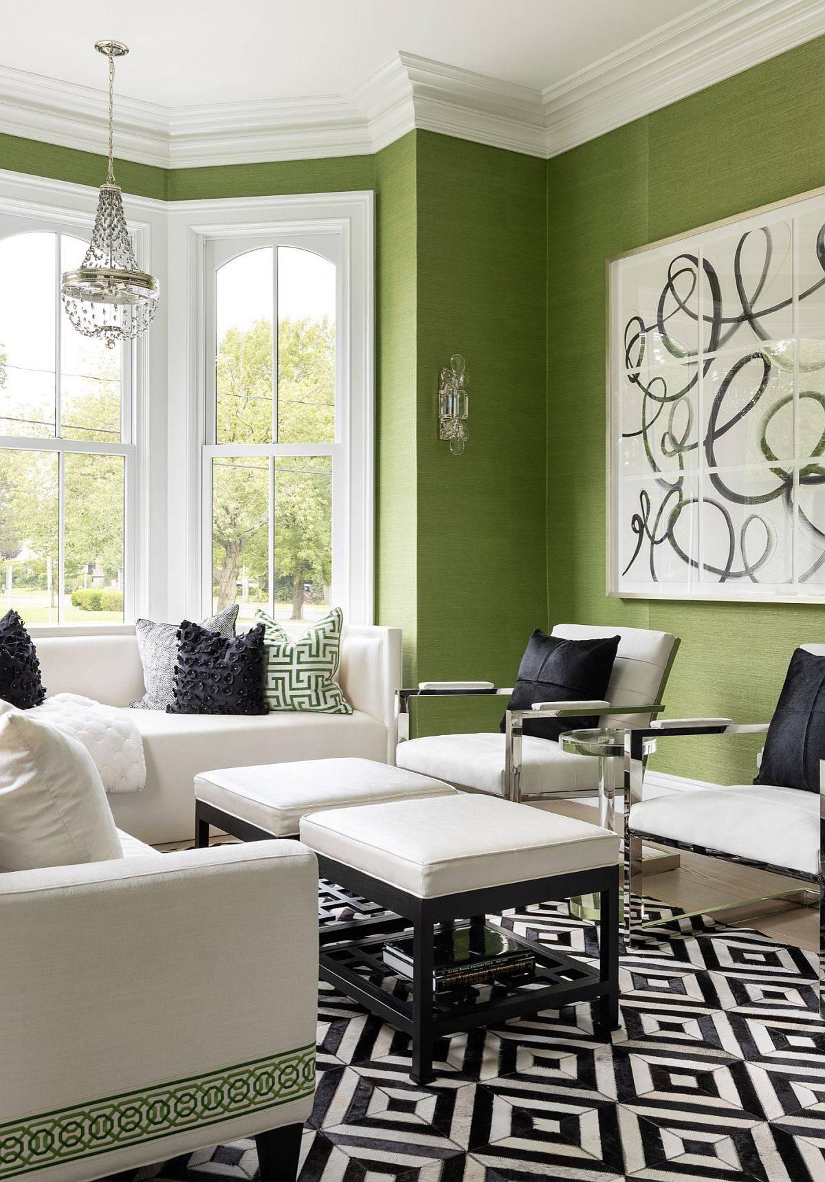 Giấy dán tường  màu xanh lá cây cho phòng khách rộng rãi với các chi tiết trang trí màu trắng