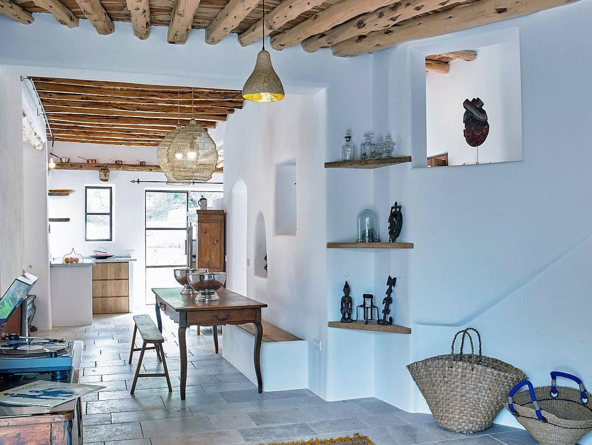Màu xanh nhạt của tường làm tăng thêm vẻ quyến rũ của phòng khách Địa Trung Hải hiện đại