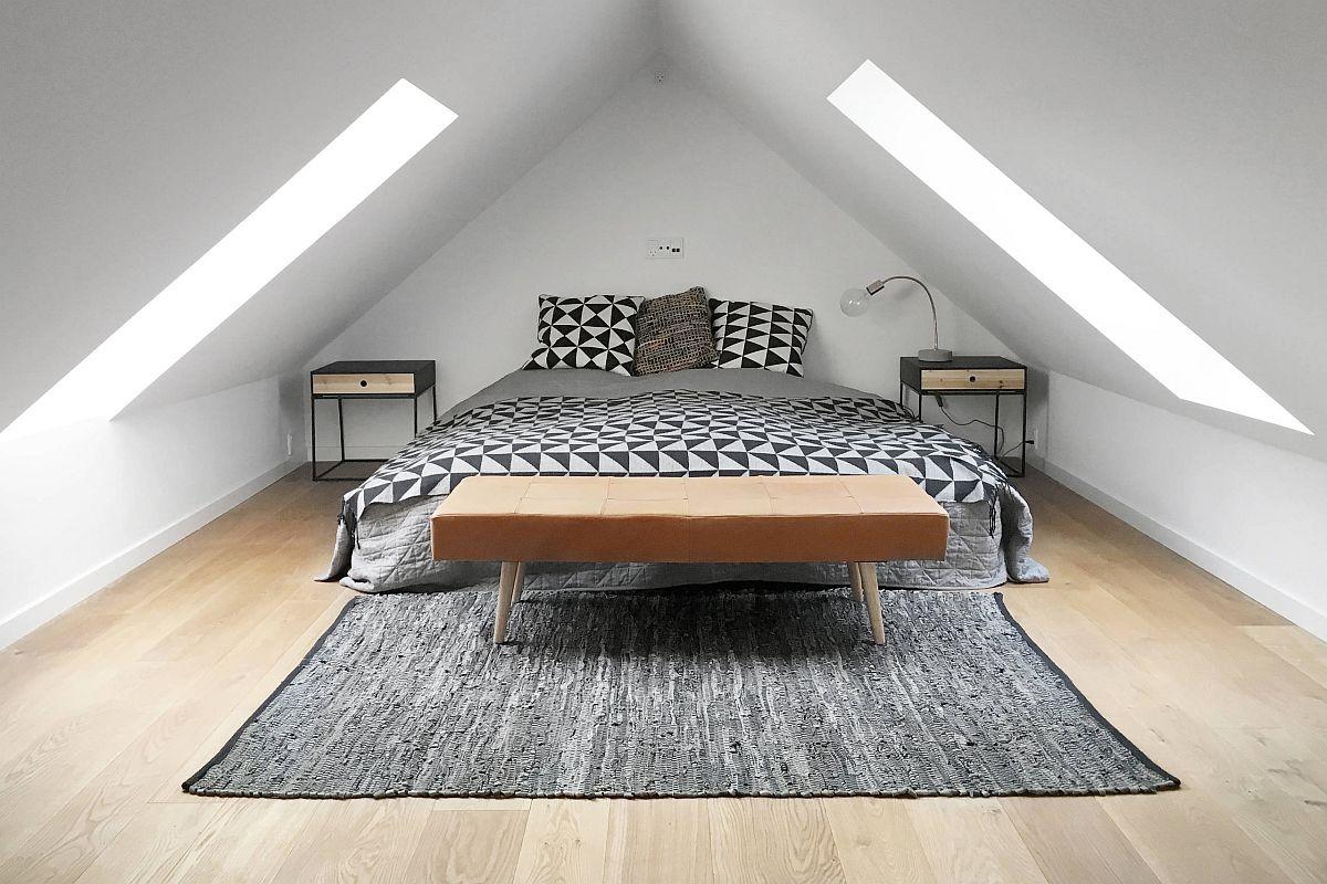 Phòng ngủ áp mái công nghiệp hiện đại với nhiều ánh sáng tự nhiên và sàn gỗ đẹp