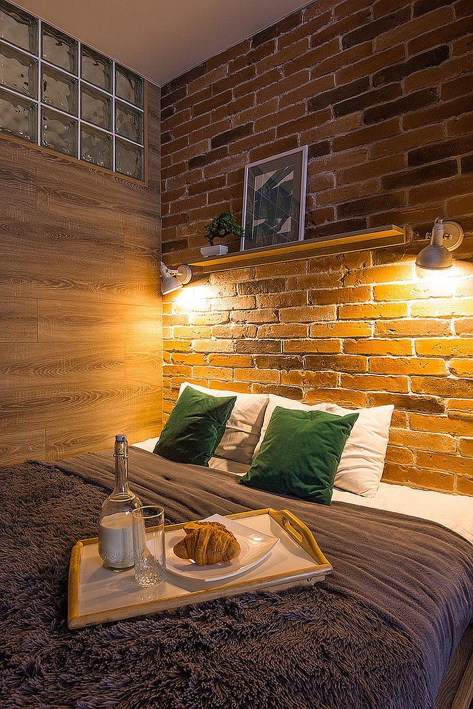 Đèn treo tường chiếu sáng bức tường gạch đầu giường trong phòng ngủ công nghiệp nhỏ