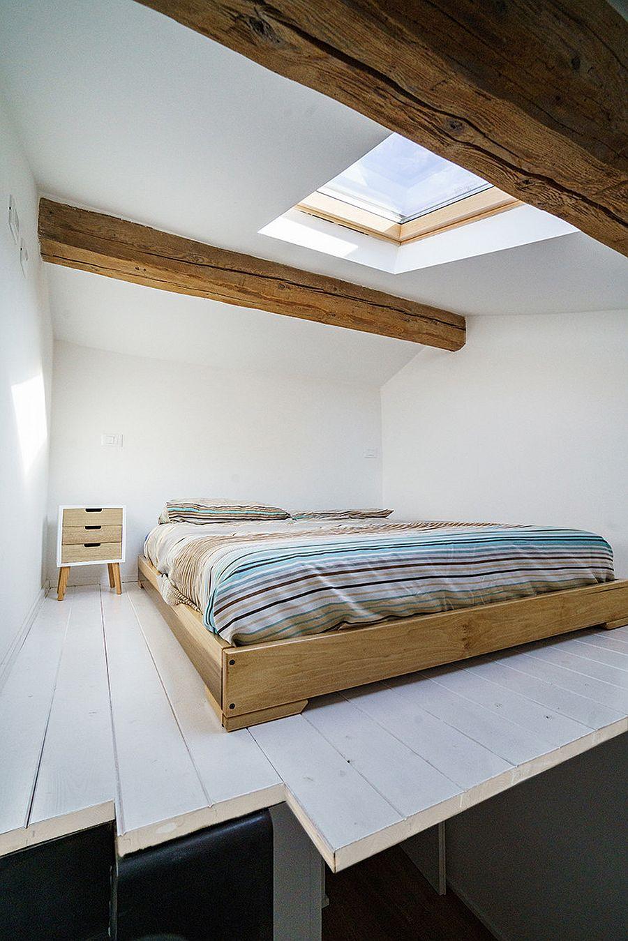 Giếng trời mang ánh sáng tự nhiên vào phòng ngủ công nghiệp ở tầng áp mái nhỏ màu trắng