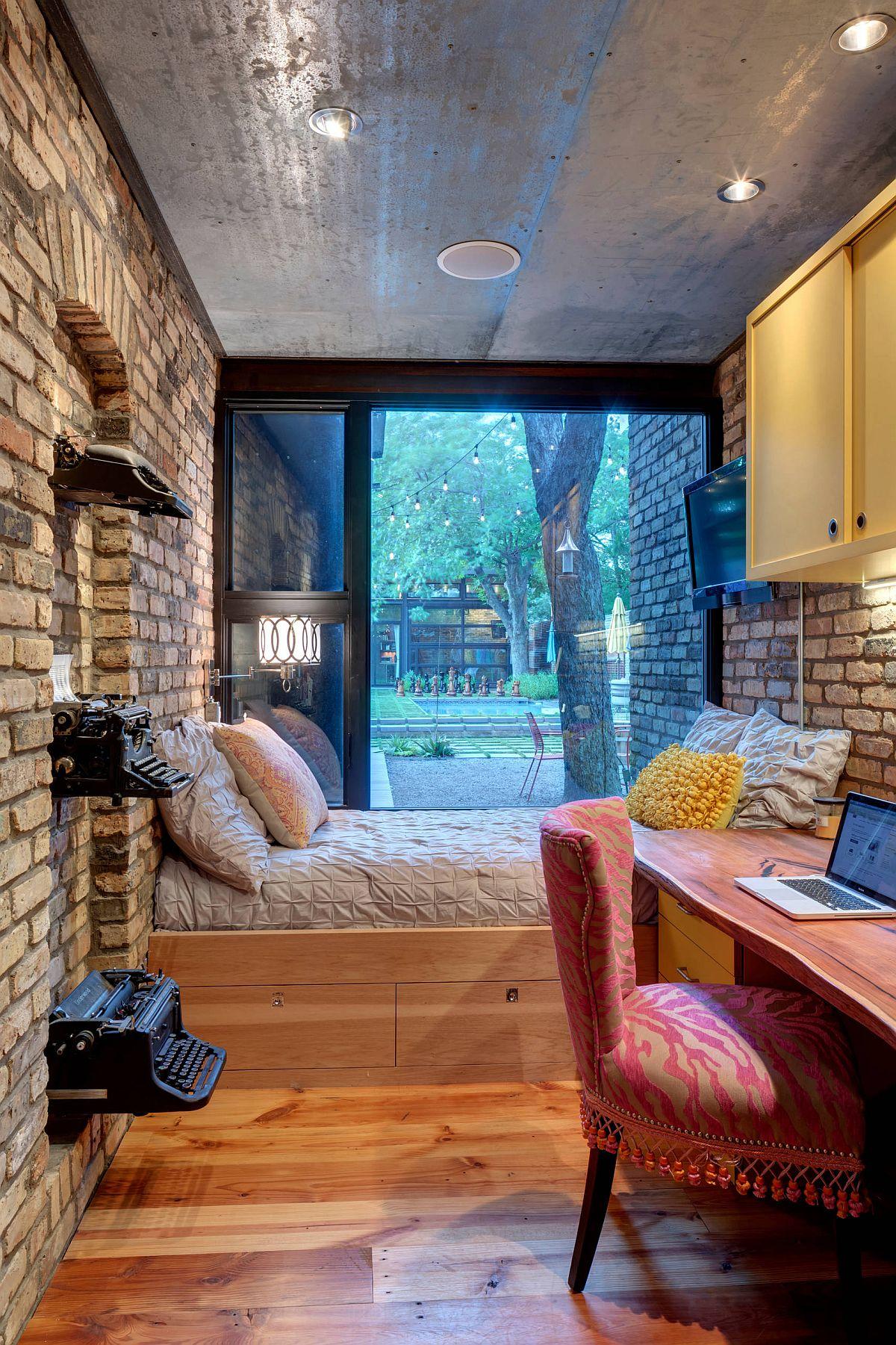 Không gian lưu trữ dưới giường trong phòng ngủ nhỏ mang lại một thiết kế có ý thức về không gian hơn