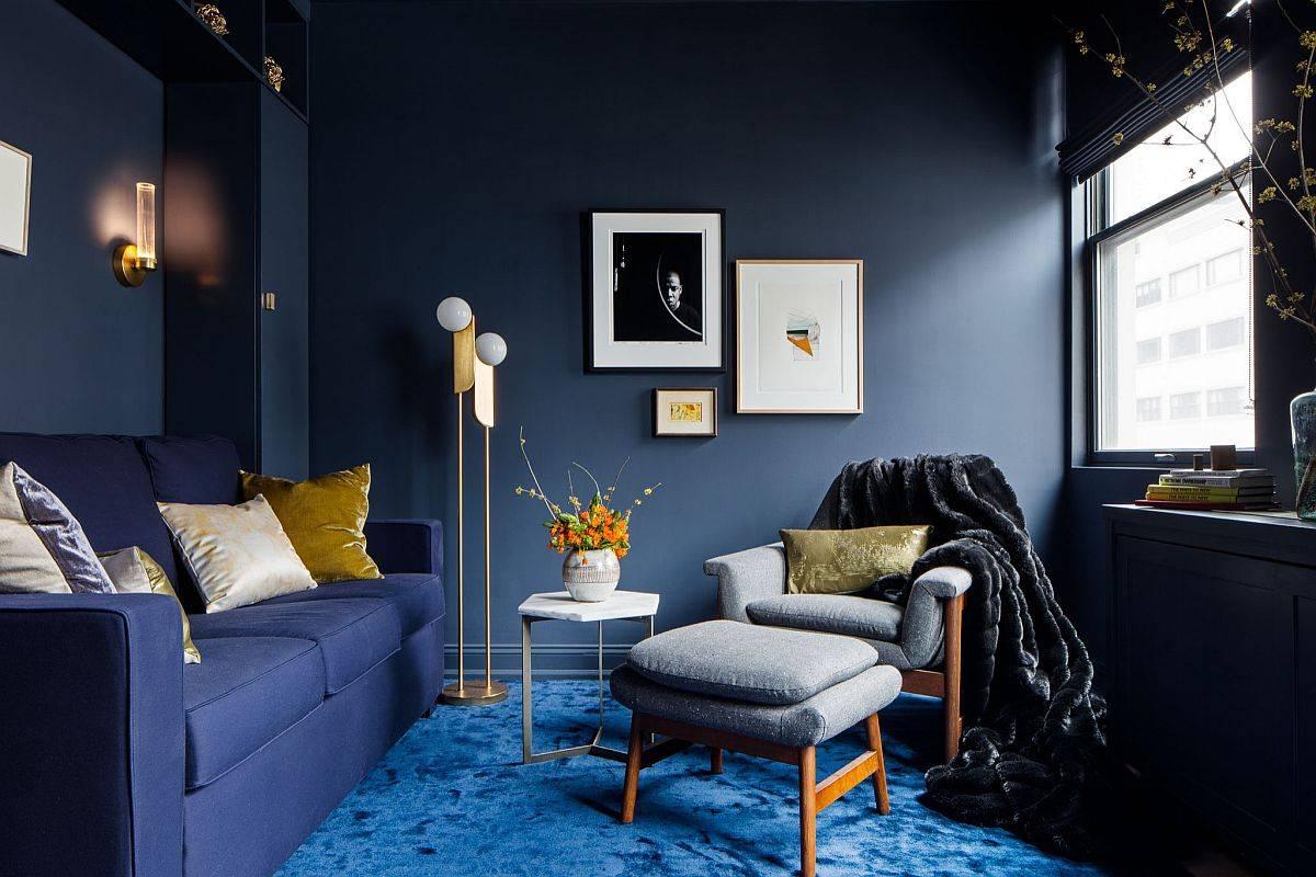 Phòng khách hiện đại tuyệt đẹp với những bức tường xám xanh đậm, thảm màu xanh lam và ghế sofa màu xanh lam đậm