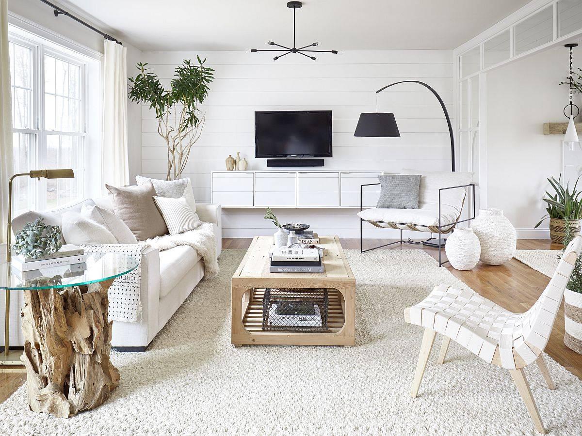 Phòng khách hiện đại đầy phong cách với màu trắng và gỗ với nhiều ánh sáng tự nhiên