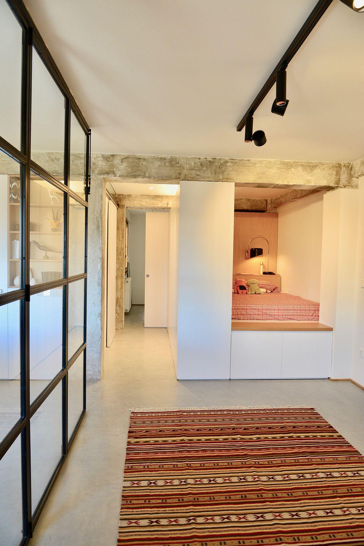 Ngõ nhỏ trong góc được biến thành một phòng ngủ ấm cúng