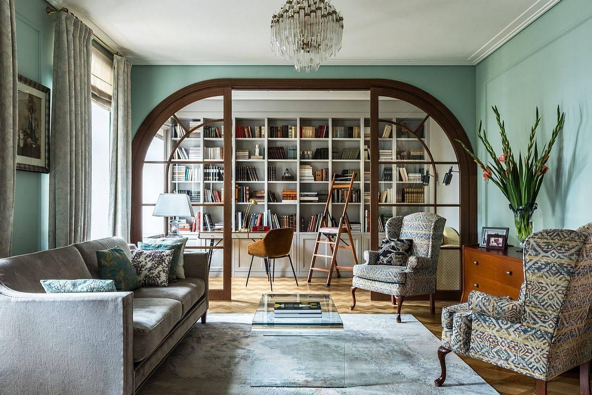 Phòng khách hiện đại hợp thời trang của ngôi nhà ở Moscow với những bức tường màu xanh lá cây pastel