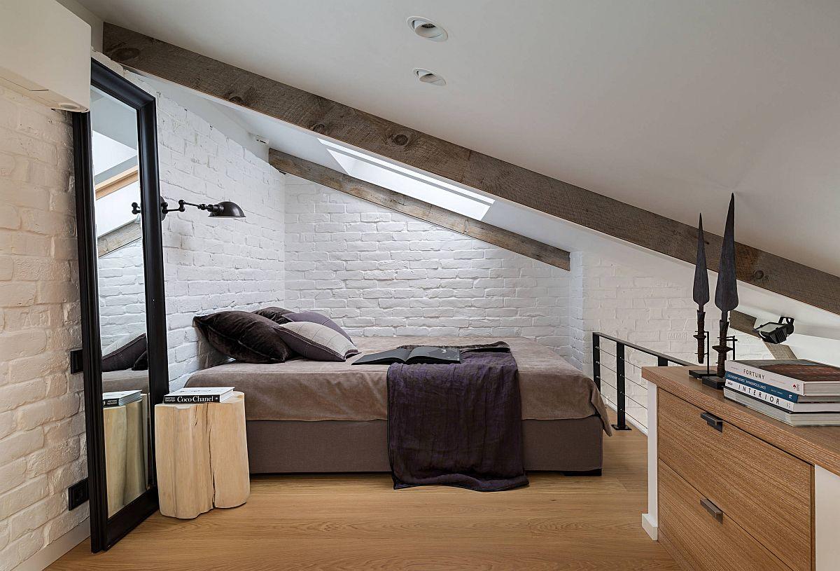 Phòng ngủ trên tầng áp mái siêu nhỏ với trần dốc và gương lớn mang đến vẻ rộng rãi hơn