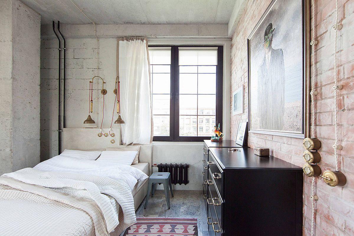 Rèm cửa màu trắng, tường có họa tiết và thiết bị chiếu sáng bằng kim loại kết hợp với nhau để tạo nên phòng ngủ tuyệt vời này