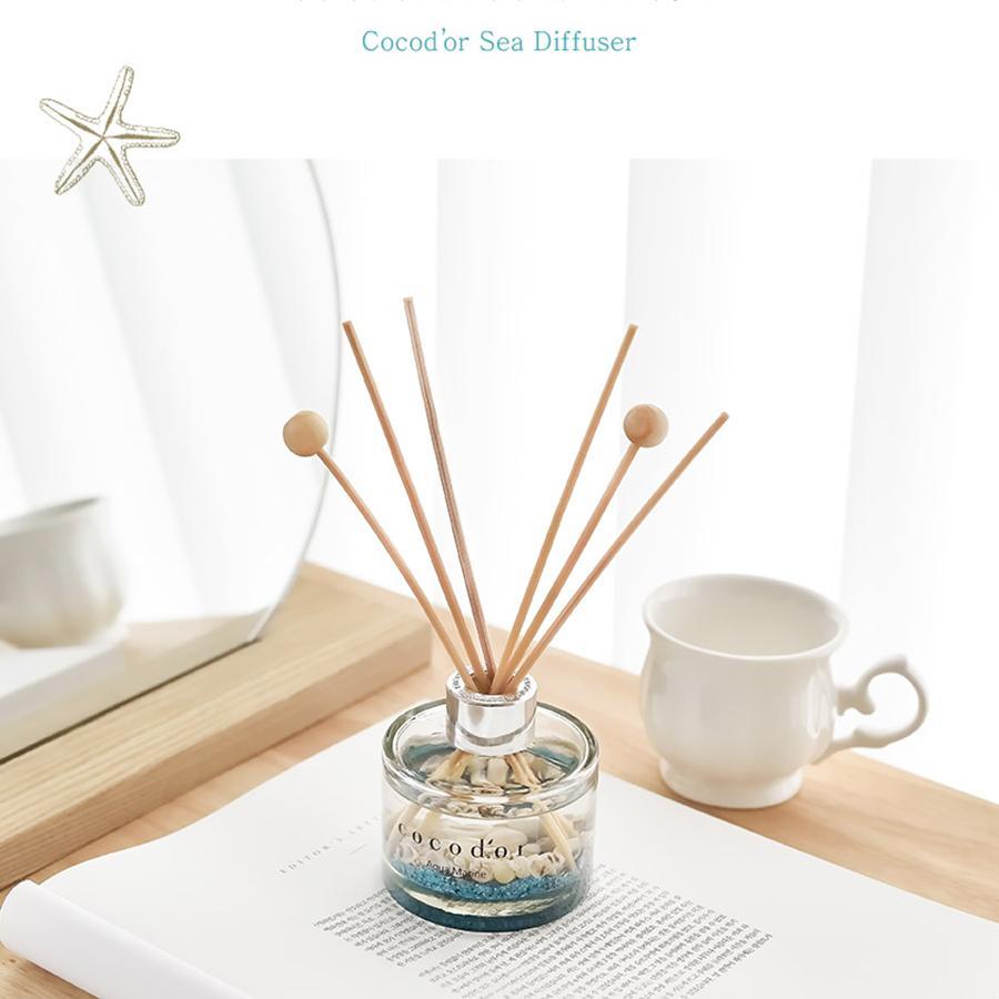 Những lọ nến thơm, tinh dầu khuyếch tán thường được thiết kế rất đẹp, có thể tận dụng để làm phụ kiện décor luôn cho nhà của bạn