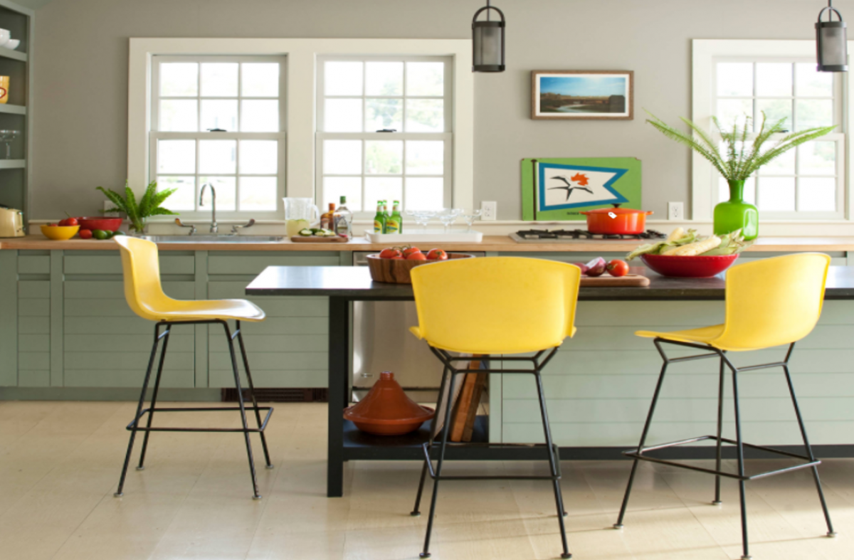 Và nếu bạn là một người ưa sự đơn giản, một vài mảng màu vàng chủ đạo trông thật bắt mắt trên nền nhà bếp với màu xanh xám đậm (còn gọi là màu xám Pháp).