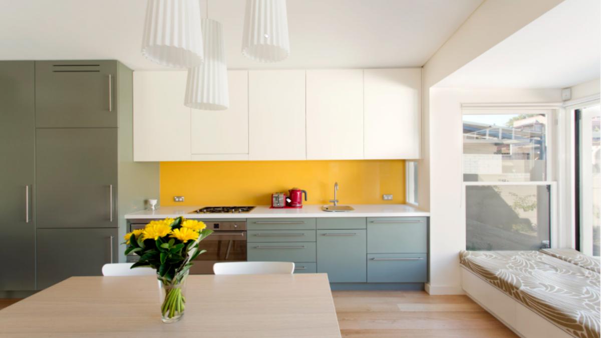 Trong khi các nhà thiết kế hàng đầu của Bắc Âu không bao giờ từ bỏ màu trắng yêu thích của họ đối với các đồ đạc bằng gỗ và tường bếp, phong cách này hiện đã được cập nhật với các mảng màu, như ở thiết kế này. Đây có thể coi là cách tiếp cận chủ đạo cho việc cách tân diện mạo của các căn bếp kiểu Bắc Âu.