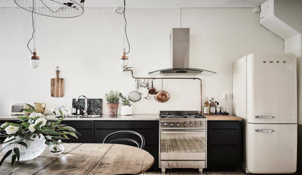 Đối với những người yêu thích vẻ ngoài thô ráp của phong cách Scandinavian, những bức tường nhạt màu và gỗ thô vẫn trang nhã hơn bao giờ hết. Nếu bạn muốn một chút phá cách, những cánh cửa màu đen sẽ tạo thêm sự tương phản, đồng thời mang lại cảm giác mộc mạc, công nghiệp.