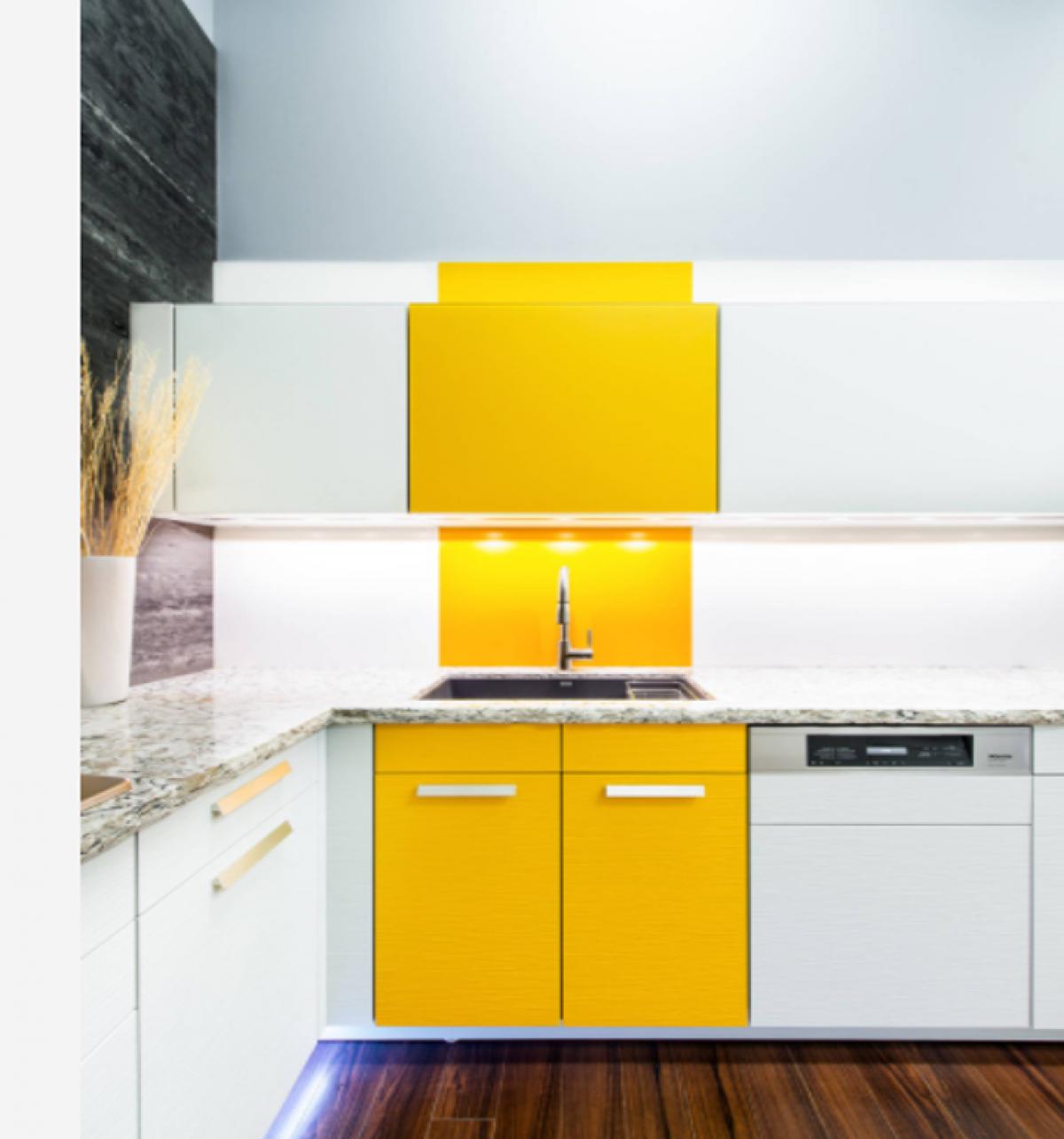 Hiển nhiên, gam màu trắng có ưu thế vượt trội cho không gian của một căn bếp. Không chỉ làm cho căn bếp có cảm giác sạch sẽ, rộng rãi hơn, căn bếp màu trắng cũng dễ dàng kết hợp với những đồ đạc, phụ kiện sẵn có trên thị trường. Tuy nhiên, những kiến trúc sư tài ba vẫn có thể giúp những người yêu màu sắc có thể thỏa mãn với những căn bếp tiện dụng, sạch sẽ mà vẫn thể hiện được cá tính của gia chủ, có thể chỉ đơn giản bằng cách thêm vào một mảng màu tinh nghịch.