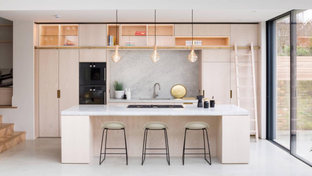 Nếu bạn muốn có một không gian bếp thật ấn tượng, bạn có thể áp dụng cho khu bếp của mình cách kết hợp màu hồng nhạt và xám được yêu thích nhất năm nay, vốn thường sử dụng trong phòng khách hoặc phòng ngủ. Ưu điểm nổi bật của sự kết hợp này là căn bếp của bạn sẽ luôn hiện đại trong khi vẫn giữ vẻ thanh lịch trong bất kỳ không gian nhà theo phong cách hiện đại nào.