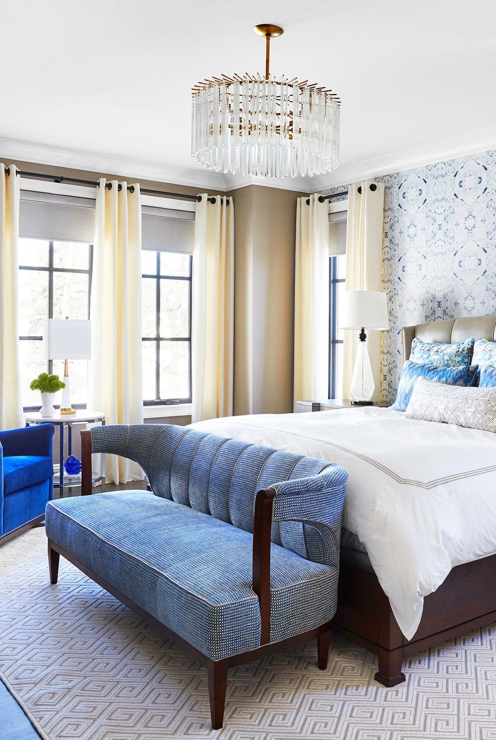 Màu xanh và trắng là một cách phối màu cổ điển, nhưng nó có thể cảm thấy hơi quá sắc nét đối với một số người. Để làm ấm một phòng ngủ sáng sủa mà không cần sơn tất cả các bề mặt khác với màu trắng cổ điển, hãy phủ một bức tường bằng giấy dán tường với họa tiết vui nhộn và bức tường khác bằng màu trung tính, ấm áp.